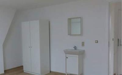 Chambre - Rangement, lavabo, miroir et sommier inclus