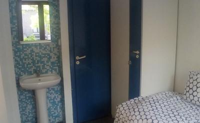 Chambre - Chambre à coucher avec lit replié en version une personne, bureau, garde-robe,  lavabo et vue sur la salle de douche et la partie cuisine.