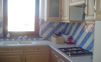 cuisine equipee - frigo congélateur neuf, haut, micro onde, four, télé câbler, inter nette