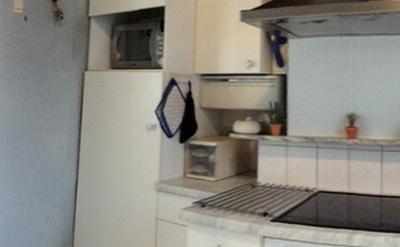 Cuisine commune - Grande cuisine moderne équipée complète : lave-vaisselle, four, micro-onde, casseroles + couverts.