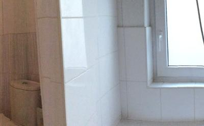 Salle de bains avec douche - Grande salle de bains avec douche : l'évier, WC, 1 grande armoire équipée de compartiments individuels pour chaque étudiant.