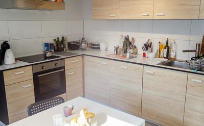 Cuisine - Cuisine tout équipée avec lave-vaisselle, frigo, congélateur et four. Fitted kitchen with dishwasher, fridge, freezer and oven